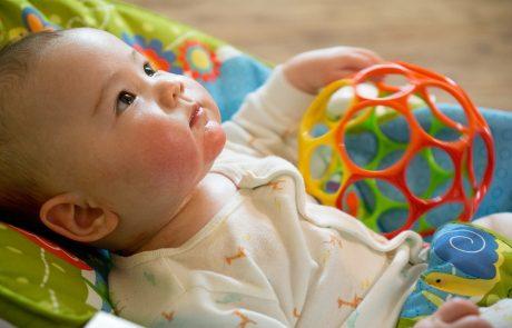 האם תינוק צריך צעצועים להתפתחות תקינה?